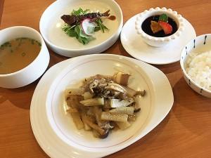 四川芽菜と豚バラ肉、冬野菜、春雨の田舎風煮込み
