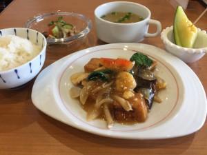揚げ豆腐と海鮮、鶏肉の広東風煮込み