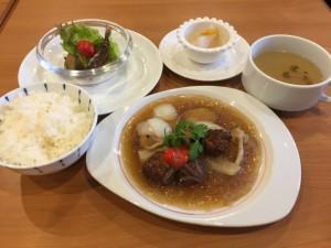 豆腐と練ったヘルシー肉団子と春雨のナンプラー煮込み