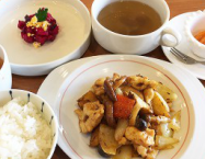 じゃがいもと茸、やわらかい鶏胸肉の中央アジア風炒め
